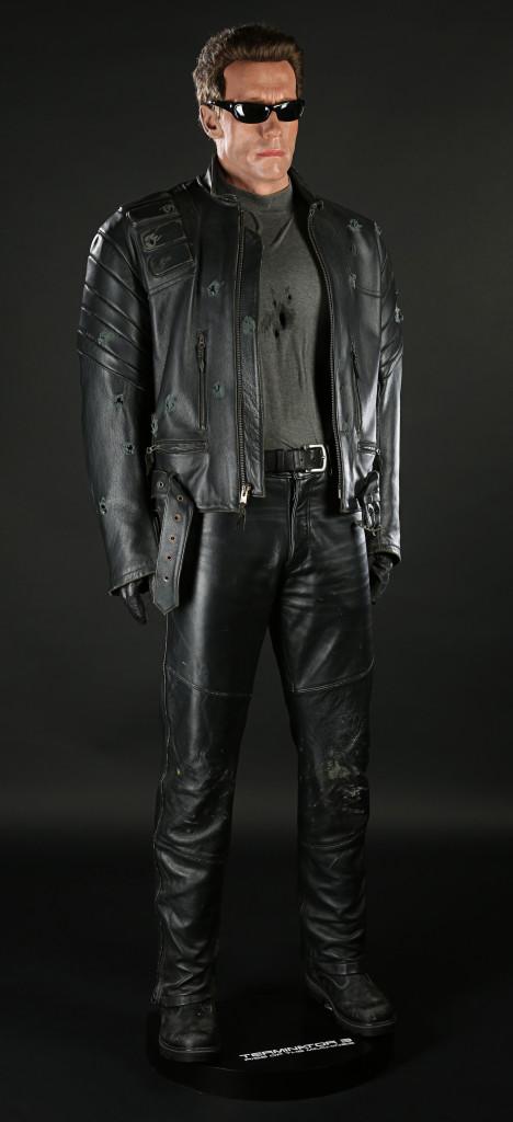 70437_Terminator-Arnold-Schwarzenegger-Costume-Display_1