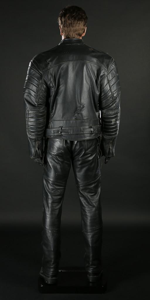 70437_Terminator-Arnold-Schwarzenegger-Costume-Display_9